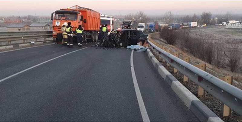 В жестком лобовом ДТП с КамАЗом погибли водитель и пассажирка легковушки